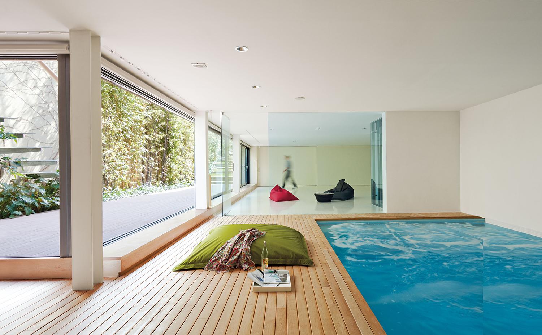 Piscinas interiores for Casas modernas con piscina interior